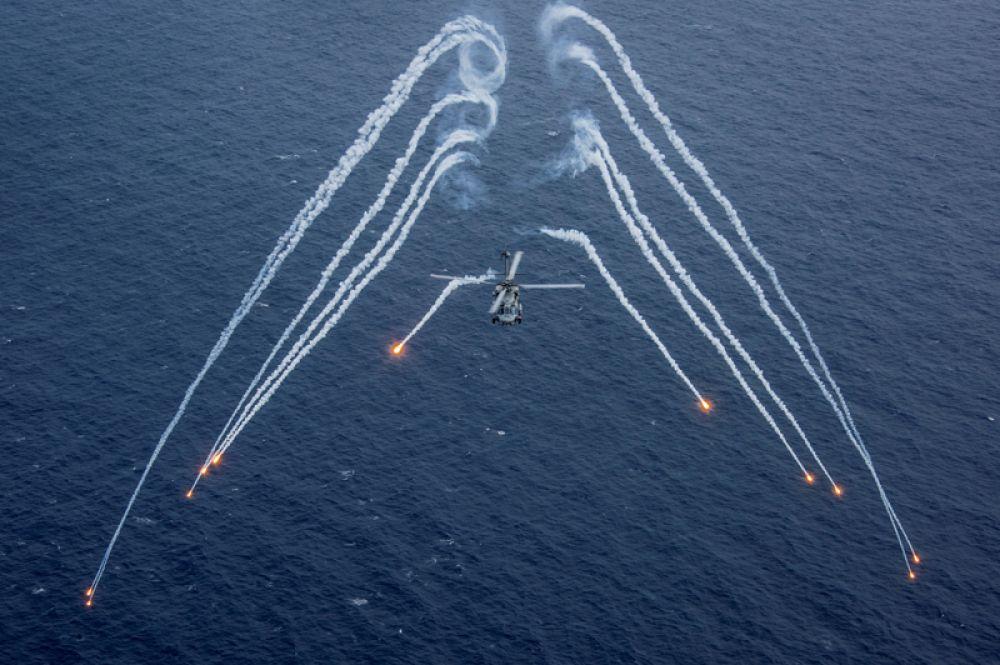 24 апреля. Вертолёт ВМС США во время учений вблизи авианосца USS Carl Vinson (CVN 70) в Филиппинском море.