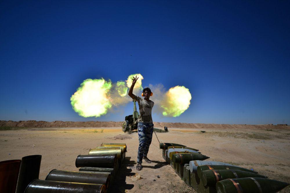 26 апреля. Иракские военизированные формирования ведут огонь по боевикам Исламского государства (террористическая организация, запрещена в РФ) на окраине древнего города Хатра, недалеко от Мосула, Ирак.