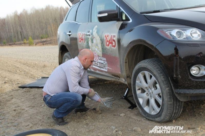 По дороге в Чиндат пробило колесо. Но наш экипаж все-таки доехал до ветерана и записал удивительную историю.