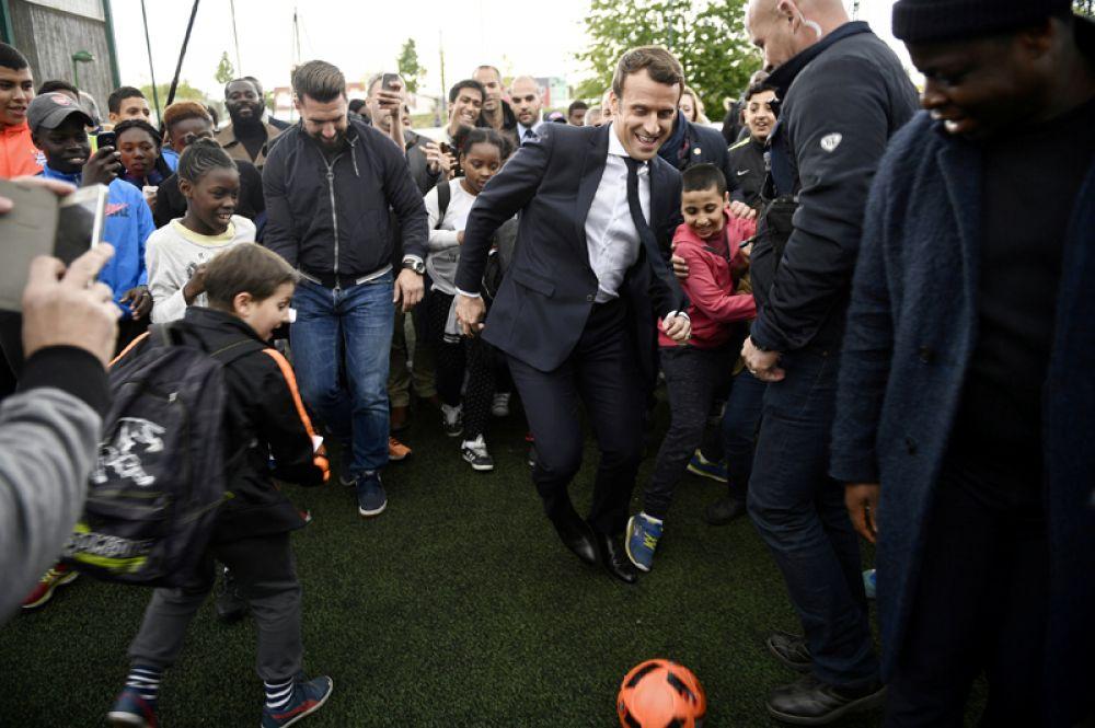 27 апреля. Кандидат на пост президента Франции Эммануэль Макрон играет в футбол во время предвыборного визита в город Сарсель недалеко от Парижа.