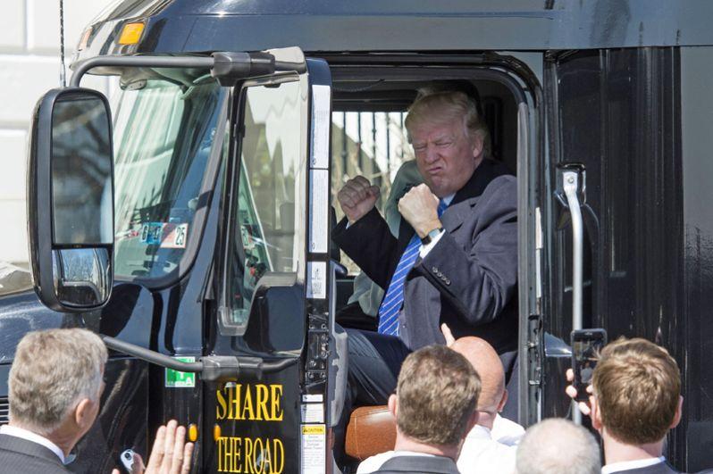 23 марта. Дональд Трамп за рулём фуры во время встречи с членами Американской ассоциации грузоперевозок.