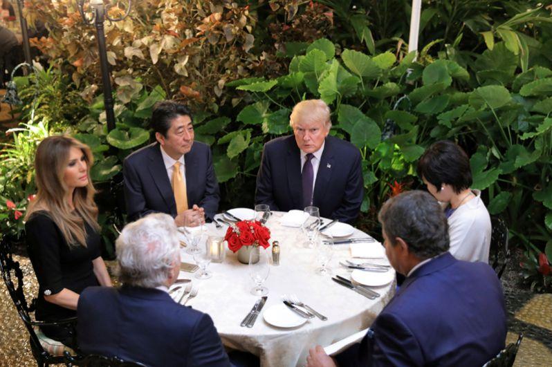10 февраля. Премьер-министр Японии Синдзо Абэ, его супруга Аки Абе на ужине с президентом США Дональдом Трампом, его женой Меланией и Робертом Крафтом, владельцем Нью-Ингленд Пэтриотс в клубе Мар-а-Лаго в Палм-Бич.