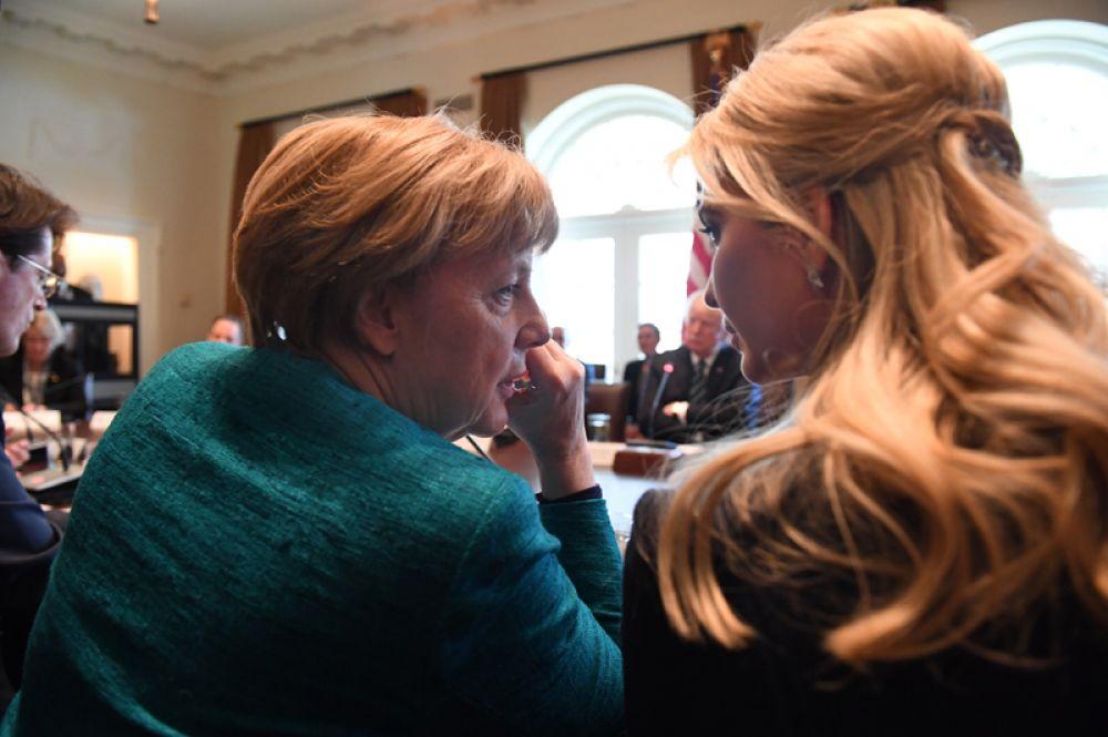 17 марта. Канцлер Германии Ангела Меркель и дочь Дональда Трампа Иванка во время круглого стола между немецкими и американскими бизнес-лидерами в кабинете министров Белого дома в Вашингтоне.