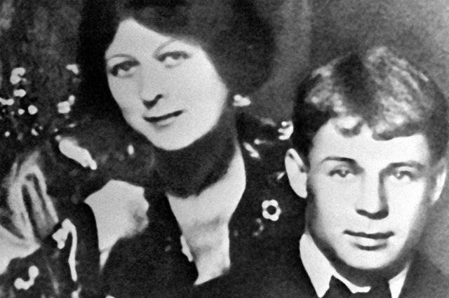 Поэт Сергей Есенин и его жена, танцовщица Айседора Дункан. 1922 год.