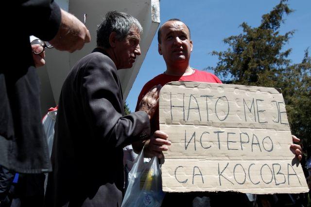 В Черногории оппозиционеры сожгли флаг НАТО