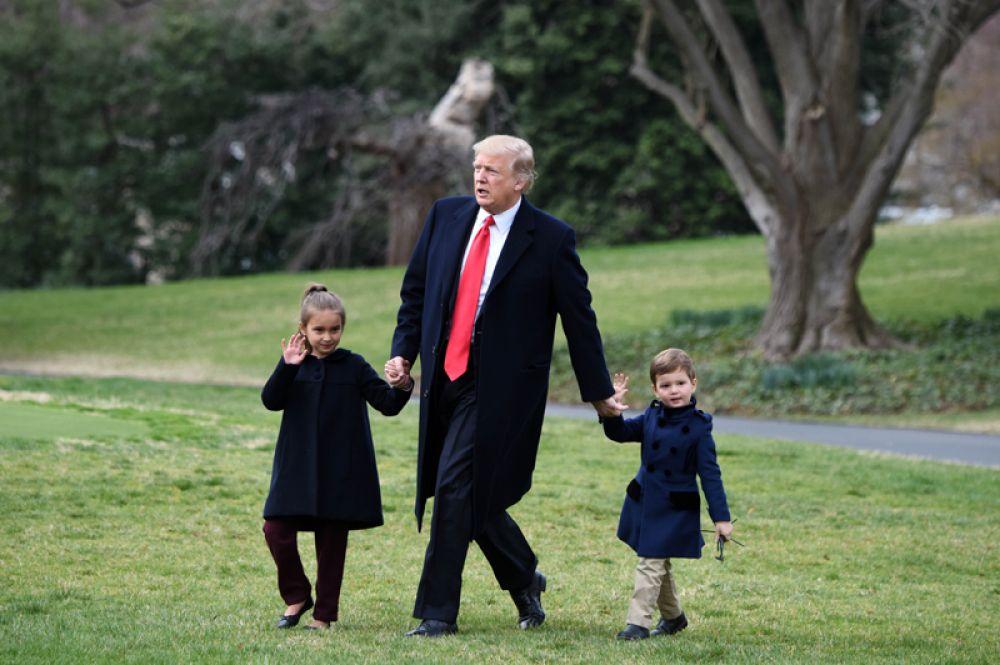 3 марта. Дональд Трамп вместе с внуками, Арабеллой и Джозефом, на лужайке Белого дома.