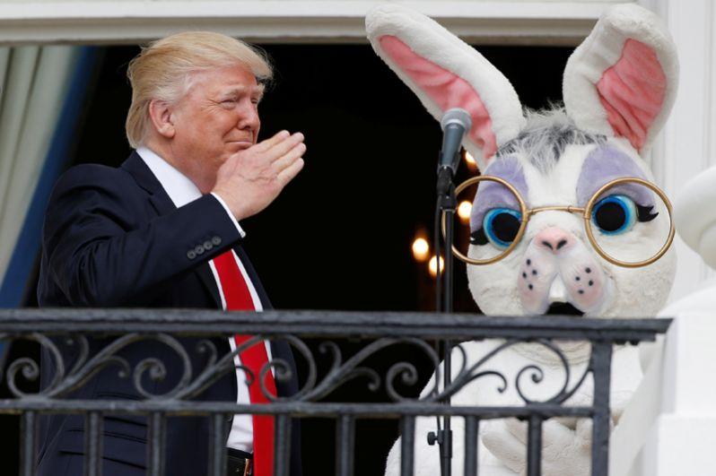 17 апреля. Дональд Трамп и Пасхальный кролик на балконе Белого дома.