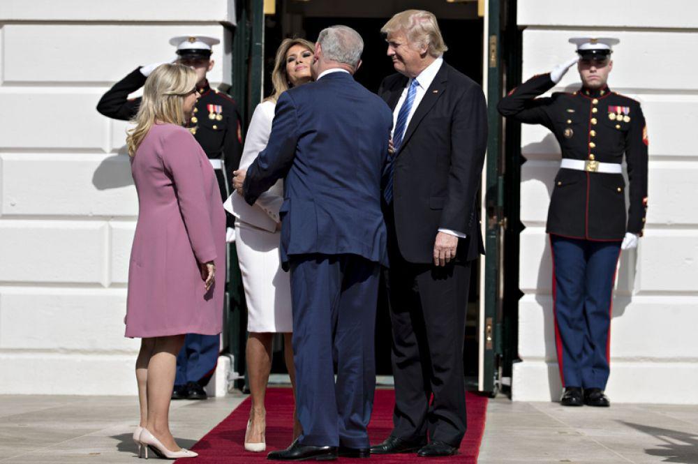 15 февраля. Президент США Дональд Трамп и первая леди Меланья Трамп приветствуют премьер-министра Израиля Биньямина Нетаньяху и его супругу Сару в Белом доме.