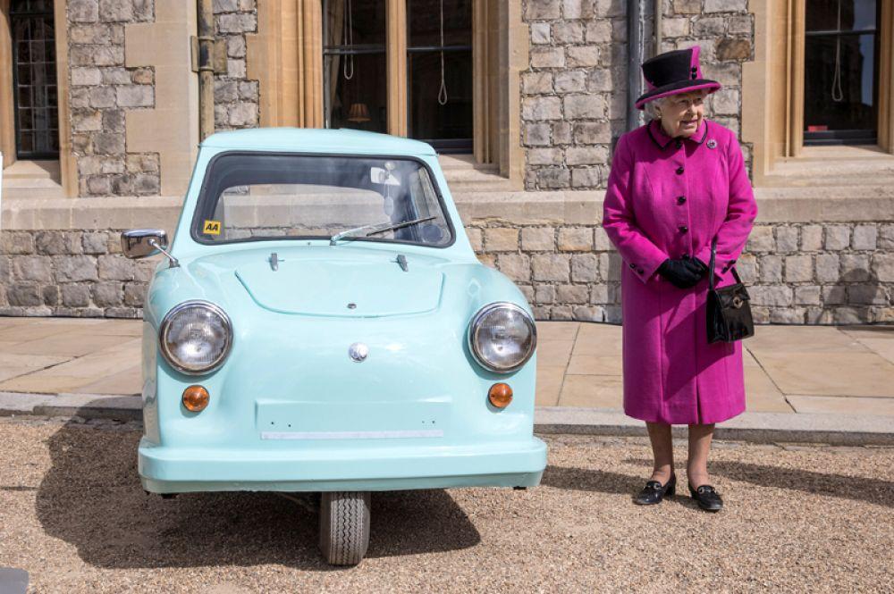 25 апреля. Королева Великобритании Елизавета II во дворе Виндзорского замка.