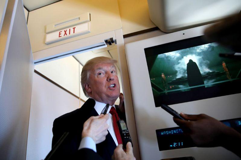 6 апреля. Дональд Трамп беседует с журналистами на борту Air Force One во время своей поездки в Палм-Бич, штат Флорида.