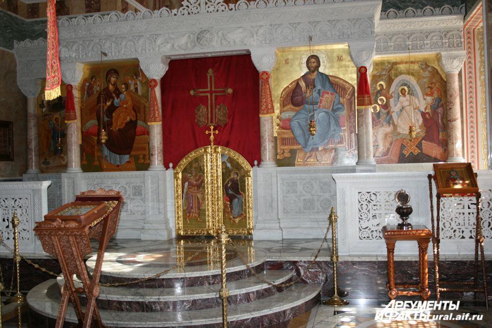 Александро-Невский храм был первым возвращен обители. Реставрационные работы здесь продолжались пять лет.