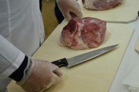Специалисты рекомендуют внимательно проверять документы на мясную продукцию.