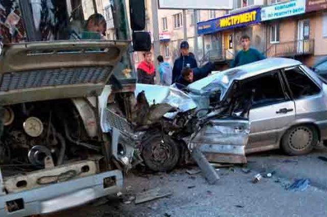 ВКургане шофёр ВАЗа умер вДТП смаршруткой