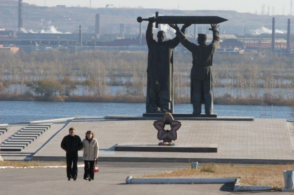 Монумент «Тыл – фронту» является символом Магнитогорска. Он считается первой частью триптиха, состоящего также из монументов «Родина-мать» на Мамаевом кургане в Волгограде и «Воин-освободитель» в берлинском Трептов-парке.