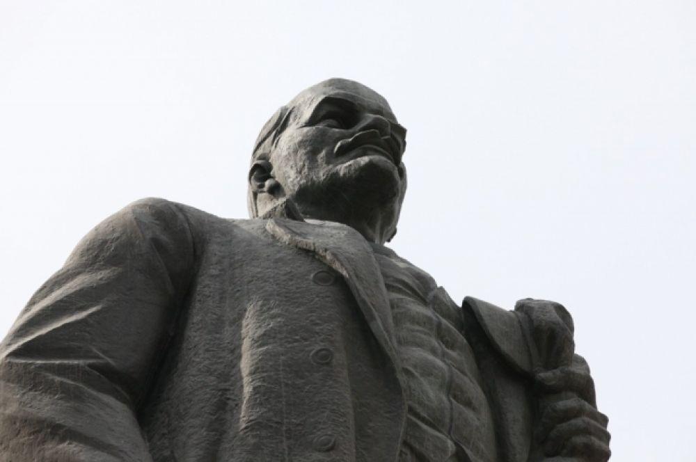 Один из самых узнаваемых памятников - Ленин на площади Революции. Был создан в 1959 году Головницким и Зайковым.