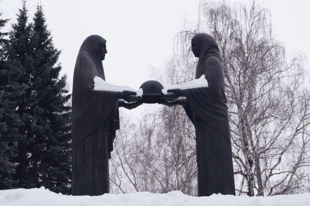 Монумент «Скорбящие матери» расположен на кладбище «Лесное» в Челябинске. Скульптура в память о воинах, умерших в госпиталях. Объект культурного наследия РФ.