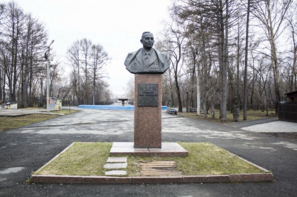 В Тракторозаводском районе Челябинска в 1983 году установлен бронзовый бюст дважды Героя Социалистического Труда советского конструктора-моторостроителя Ивана Трашутина.