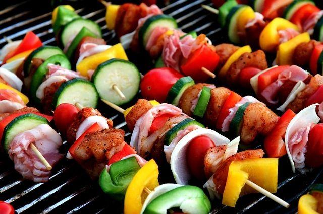 На смену классическим можно попробовать шашлыки из тофу, сейтана, овощей и соевого мяса.