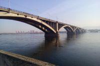 Молодой человек стоял за перилами моста и намеревался прыгнуть вниз.