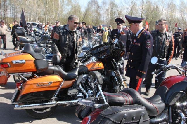 Дорожные полицейские организовали площадку, где публика могла ознакомиться с современной мототехникой и увидеть мотоцикл «Урал».