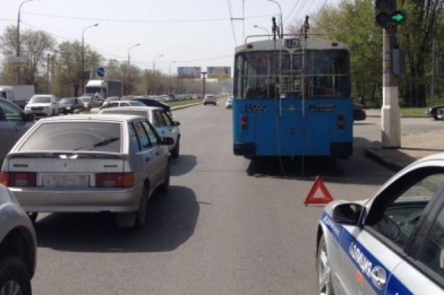 ВВолгограде «Лада гранта» итроллейбус неподелили дорогу