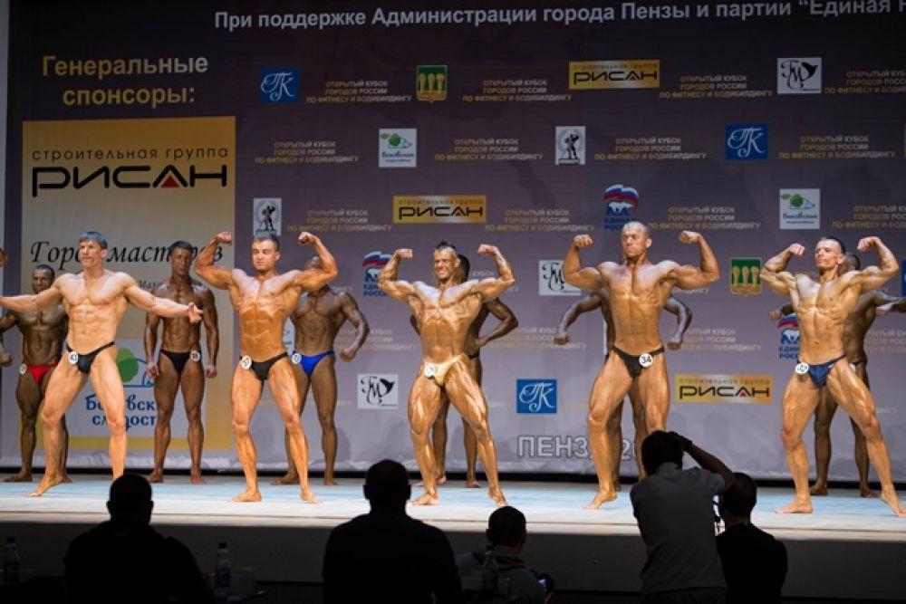 В центре - победитель состязаний по мужскому фитнесу Павел Федоров.