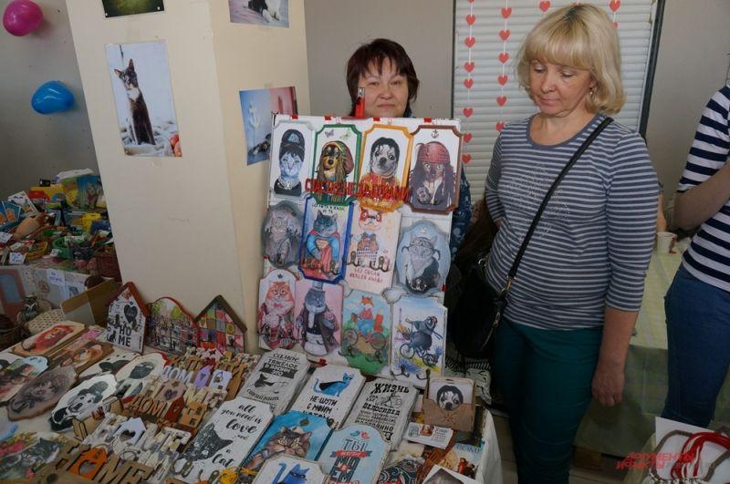 На мероприятии было представлено много изделий с изображением кошек.