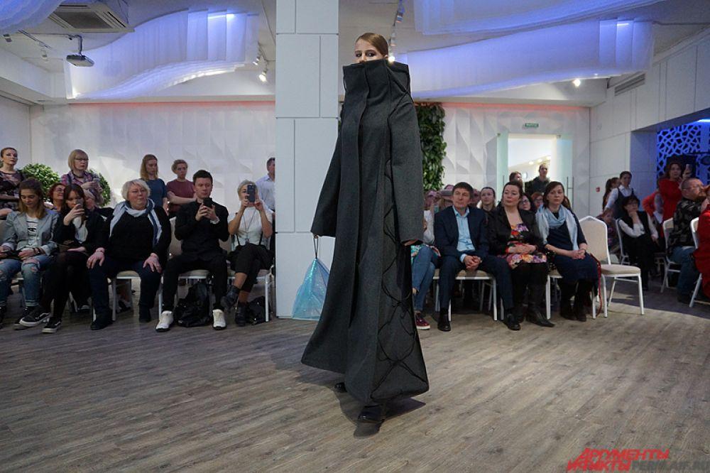 Однако гости мероприятия аплодисментами поддерживали выход каждой модели на подиум.