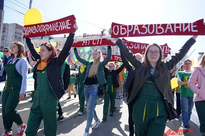 Среди участников демонстрации – работники различных предприятий, представители партий, ветераны труда, студенты и так далее.