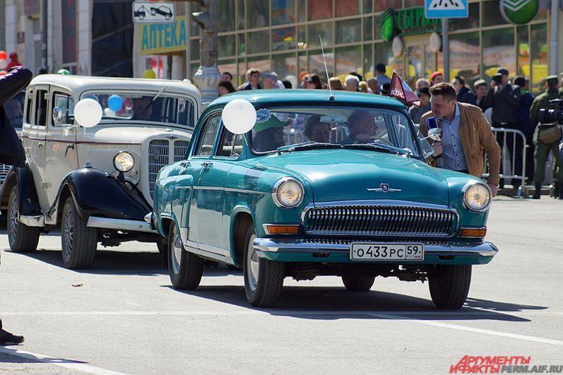 Порадовала зрителей и колонна раритетных российских автомобилей.