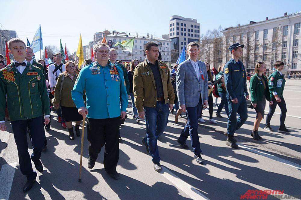 В первых рядах в самом начале прошёлся губернатор Пермского края Максим Решетников.
