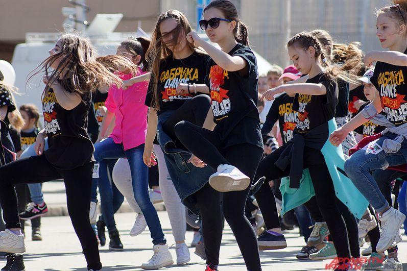 Так, во время шествия танец исполнили около 50 маленьких воспитанников творческой студии.