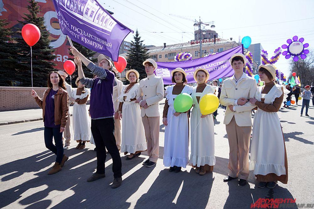 Около тысячи горожан вышли на улицу, чтобы пройтись общей колонной по центру краевой столицы.