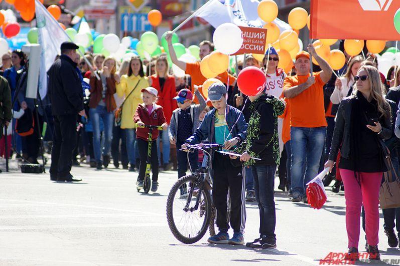 Не брезгали пермяки и велосипедами. Некоторые демонстранты катались прямо по площади.