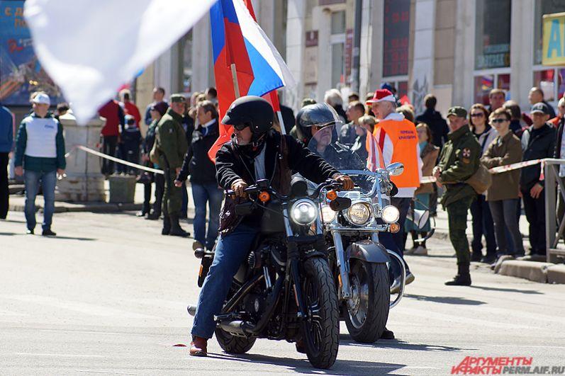 По площади проехались пермские байкеры вместе с колонной трудящихся.