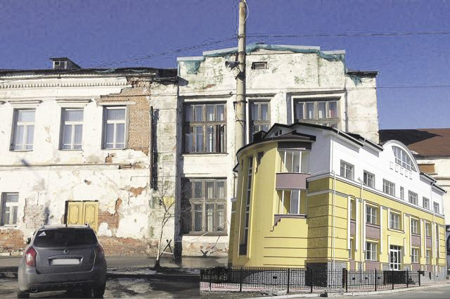 Справа лоснящееся здание КРАО, слева - обшарпанная музыкальная школа