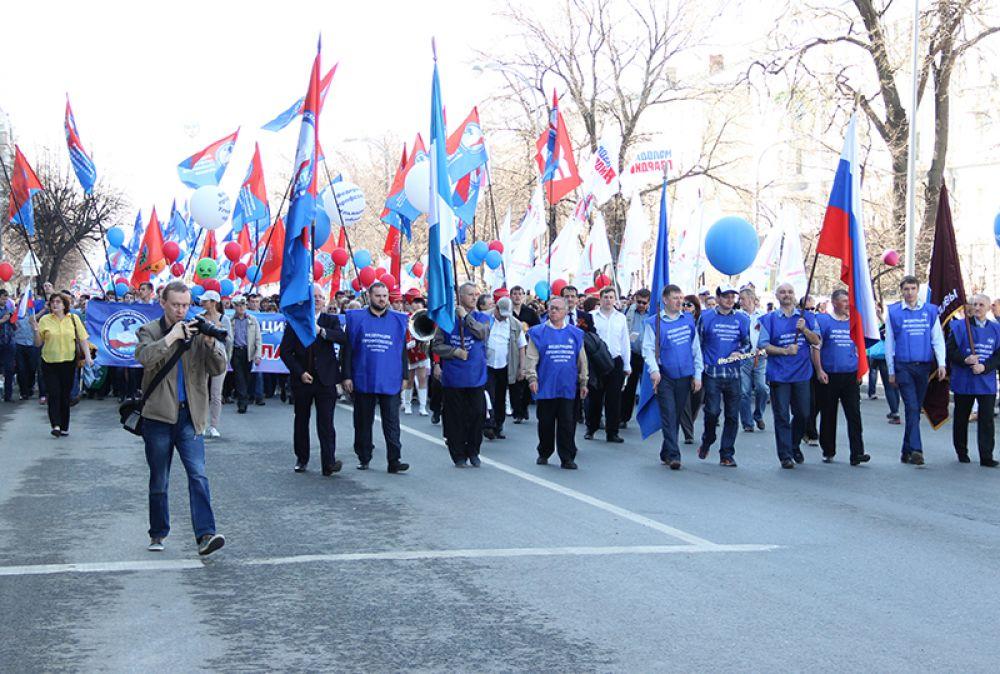 Колонны демонстрантов проследовали по улице Гончарова
