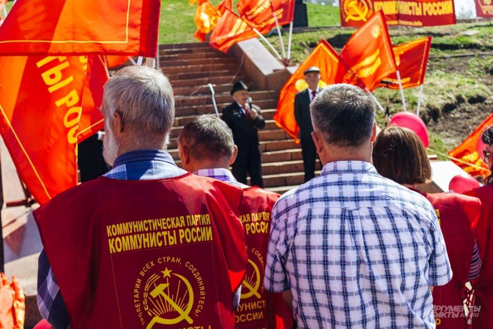 Сразу после КПРФ площадку перед памятником Муллануру Вахитову заняли идейные соперники - Коммунисты России.