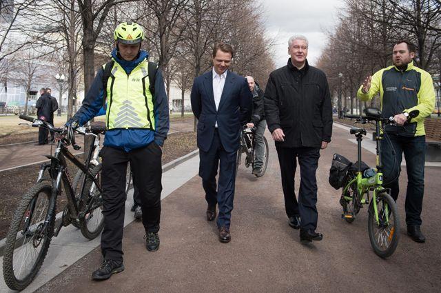 Максим Ликсутов и Сергей Собянин на открытии нового сезона московского велопроката на Цветном бульваре в Москве.