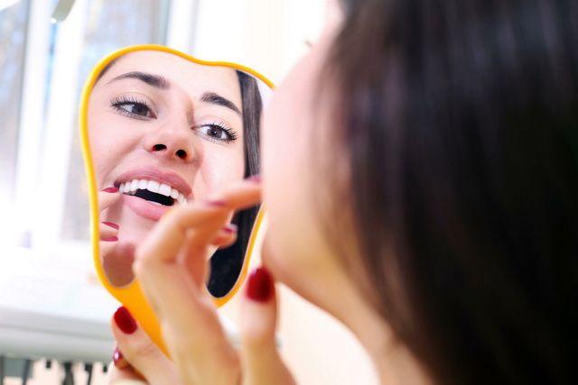 На здоровье зубов влияет генетика и образ жизни.