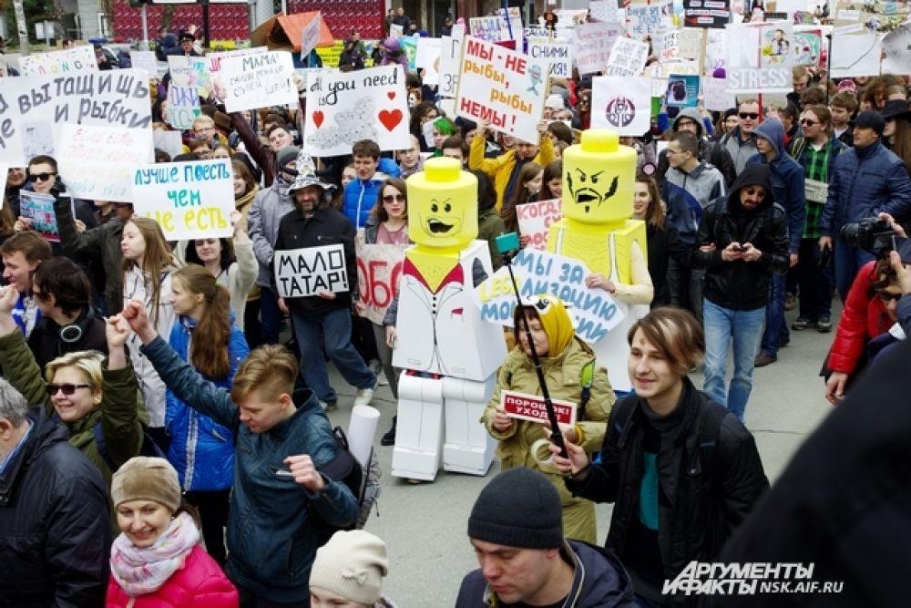 Еще одни запоминающиеся персонажи - люди в костюмах лего-героев