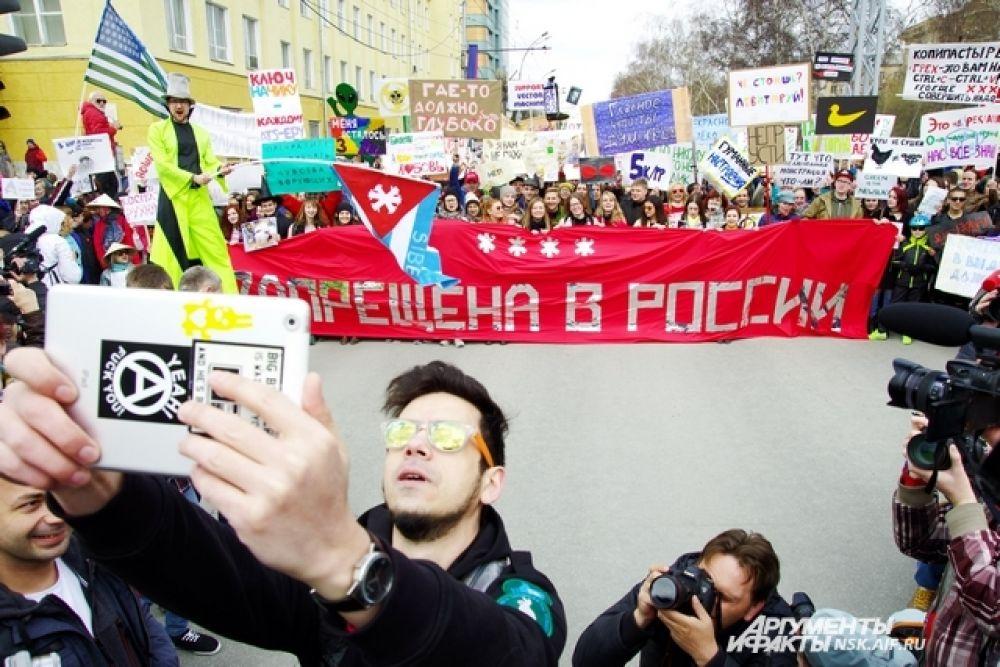 Традиционное «селфи» идеолога «Монстрации» Артема Лоскутова с участниками