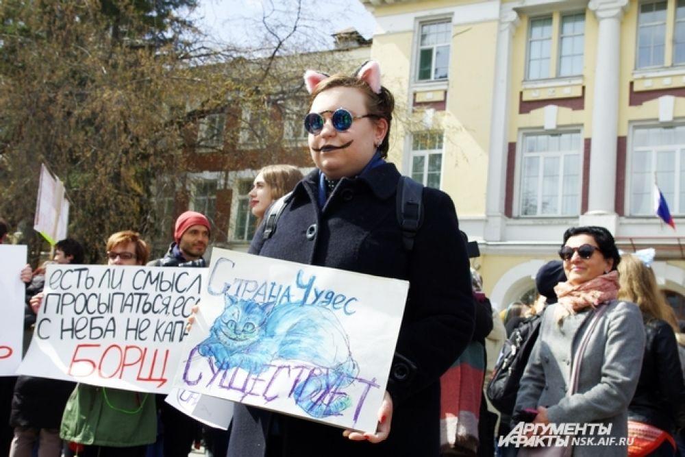 В этом году с погодой участникам шествия не повезло: было очень холодно. Но это не помешало им пройтись по главной улице города