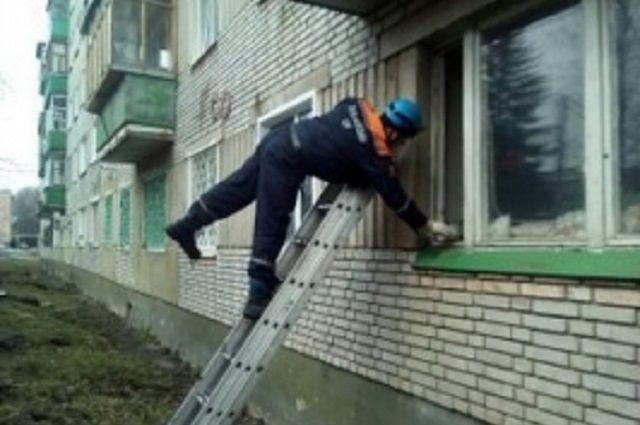 Cотрудники экстренных служб эвакуировали погибающую отголода жительницу Шарыпово