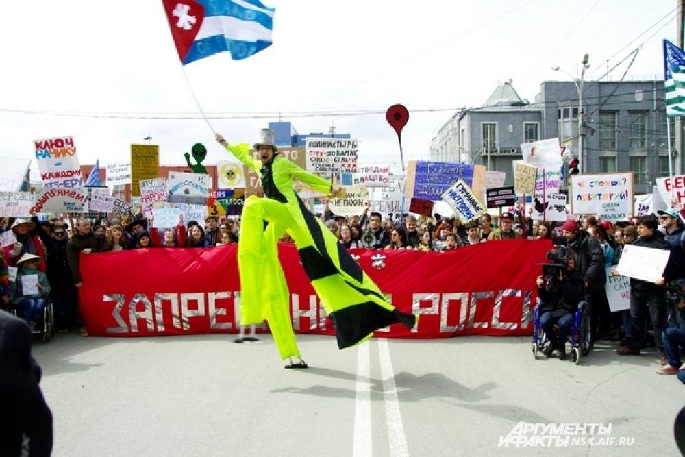 Мужчина на ходулях, определенно, был одним из самых ярких персонажей минувшего шествия
