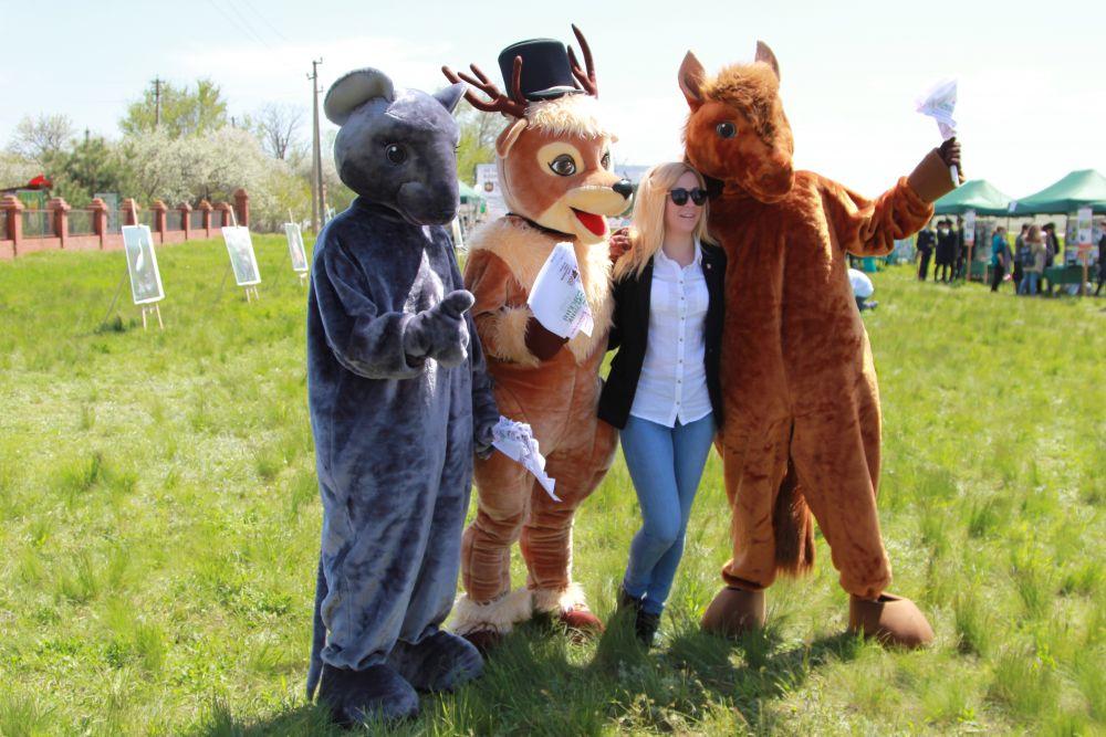 Туристов встречают костюмированные Лошадь, Мышь и Олень.