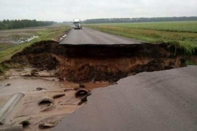 Паводковые воды разрушают региональные дороги