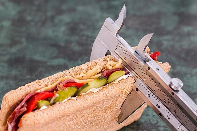 Для похудения стоит исключить из рациона калорийные продукты.