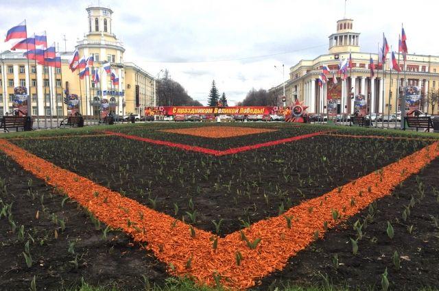 Вазоны с цветами украсят центр Кемерова накануне празднования 9 мая.