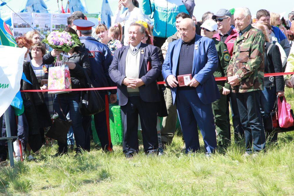 Семь донских жителя получили из рук губернатора памятный знак 80 лет Ростовской области.